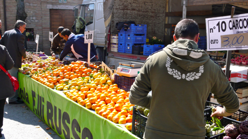 a beautiful display of oranges at Bastia Umbra Friday market, near Assisi