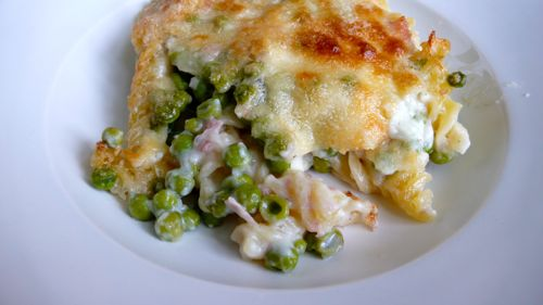 Baked fusilli with Parmesan, peas and ham