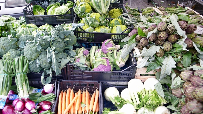 market stand in Umbria with broccoli, cauliflowers, fennel and carrots